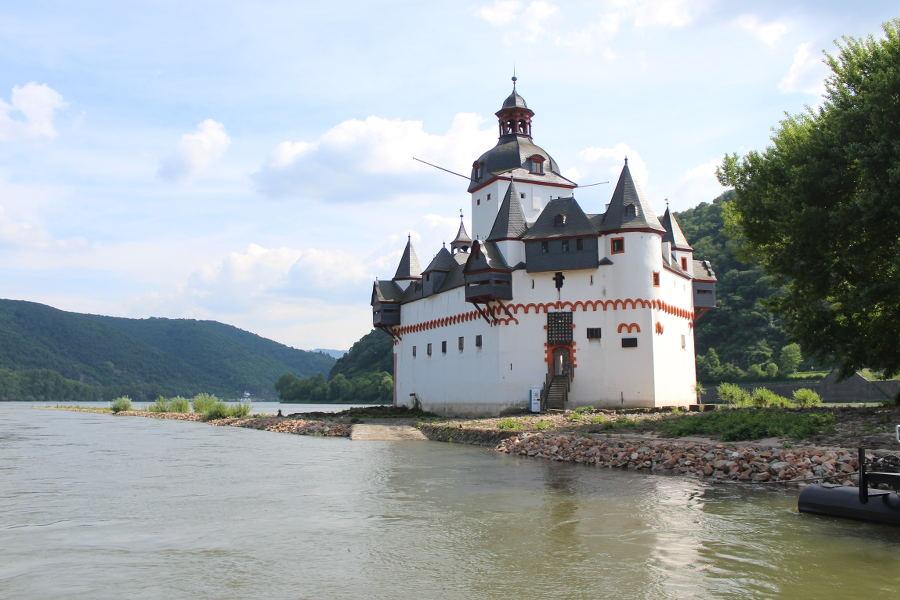Mit der Fähre zur Burg Pfalzgrafenstein